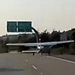 Легкомоторный самолёт приземлился на оживлённую трассу в США