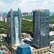 Со стены здания в Китае стекает водопад