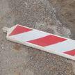 Пьяный мужчина бросил дорожный знак в проезжающую мимо машину
