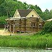Строительными работами на самом берегу озера обеспокоены жители деревни Островно Бешенковичского района