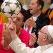 Папа Римский покрутил мяч на пальце вместе с артистами кубинского цирка (ВИДЕО)