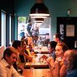 Как распространяется коронавирус при разговоре за столом? Объясняют ученые