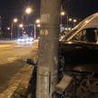 В Минске «Пежо» чуть не сбил пешехода и врезался в фонарный столб