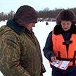 ОСВОД и активисты молодёжных отрядов охраны правопорядка БРСМ пытаются убедить любителей зимней рыбалки соблюдать правила безопасности
