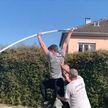 Французский прыгун использует балкон дома для тренировок во время карантина (ВИДЕО)