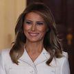 Мелания Трамп в белом пальто восхитила публику своим элегантным образом