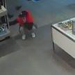 С пустыми руками уходить не хотел. Ловкий посетитель вынес из магазина часы общей стоимостью 400 рублей (ВИДЕО)