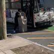 В автобус с банкоматом. Видео с происшествием набрало более 1,5 млн просмотров в Интернете
