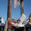 Во Франции протестующие построили гильотину для Эммануэля Макрона