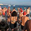 Сотни людей в шляпах Санты устроили новогодний заплыв во Франции